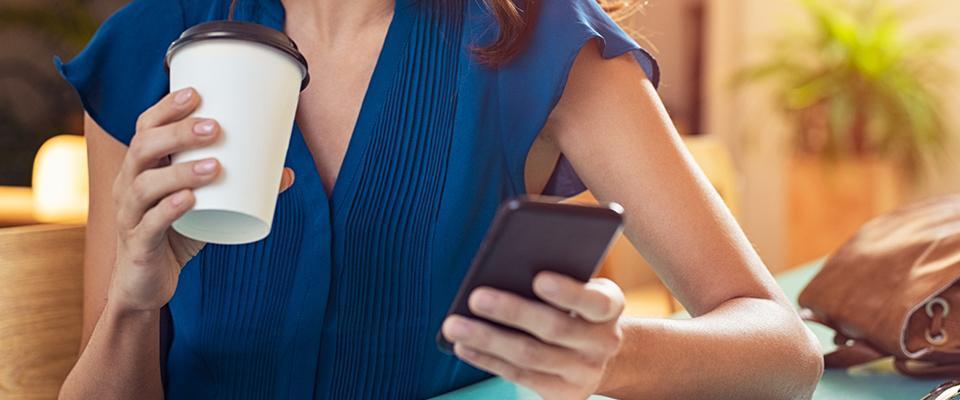 Kobieta korzystająca ztelefonu